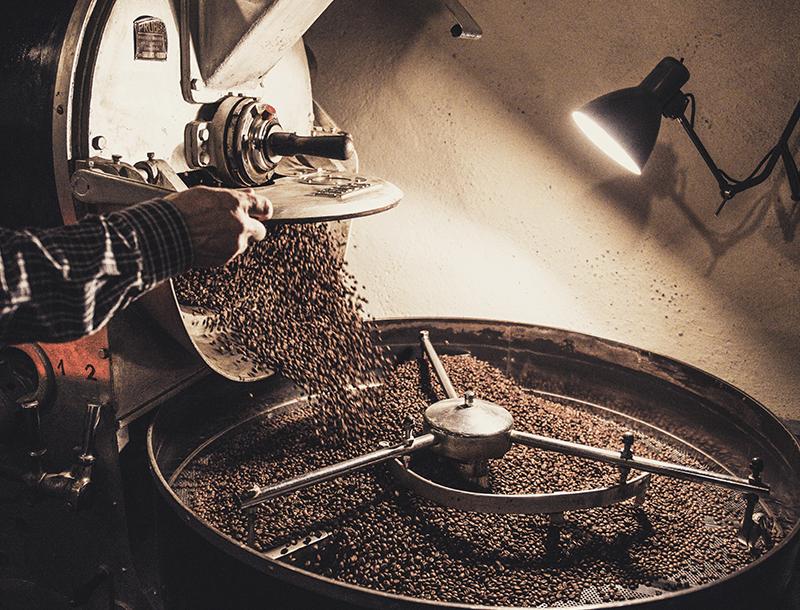 Naszą kawę palimy metodą rzemieślniczą co oznacza, że mamy pełną kontrolę nad procesem palenia, wyeliminowania ewentualnych defektów i takiego wypalenia ziarna, aby wydobyć z niego wszystko to, co w danym gatunku najcenniejsze..